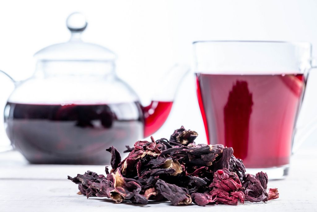 Close-up of dried hibiscus tea and brewed tea in a Cup and teapot (Flip 2019)