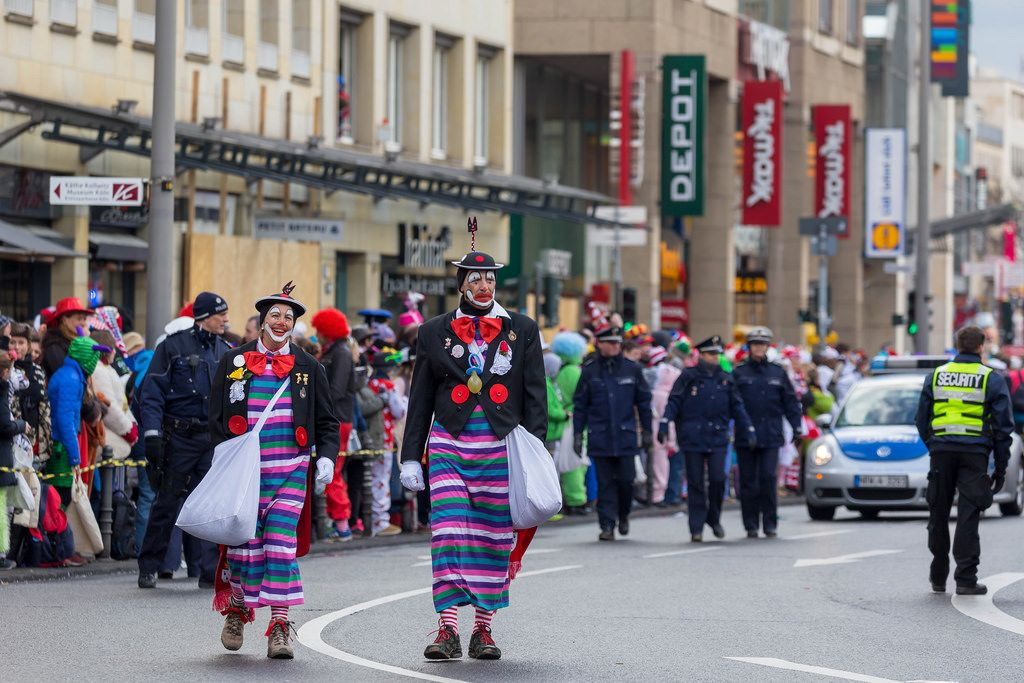 Clowns mit langen, bunten Röcken beim Rosenmontagszug - Kölner Karneval 2018
