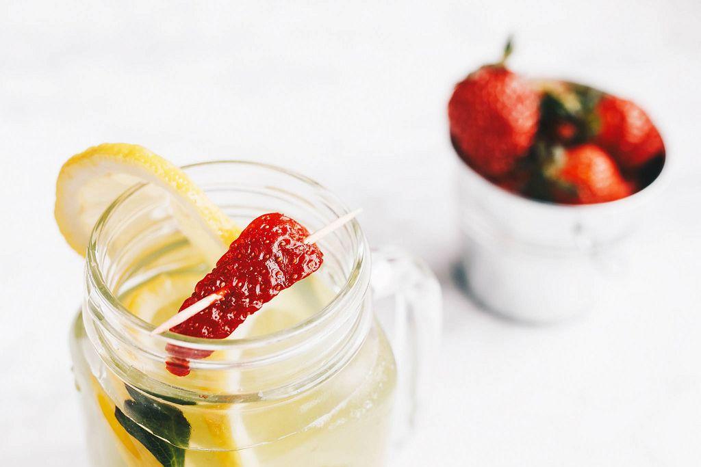 Cocktail-Getränkt perfekt für den Sommer mit Erdbeere und Zitrone