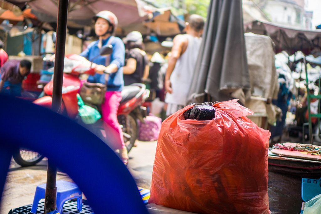 Coffee Shop mitten eines Marktes in Chinatown Saigon