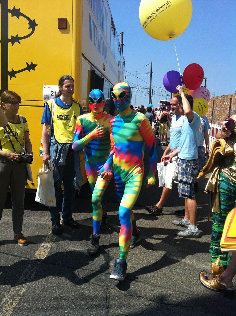 Cologne Pride Demo mit Amnesty International und bunt verkleideten Demonstranten