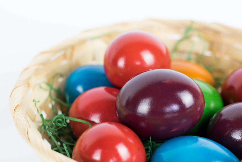 Coloring easter eggs - Creative Commons Bilder