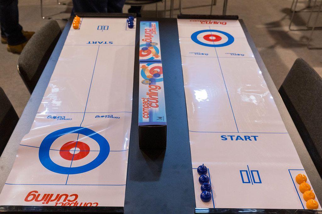Compact Curling ausgebreitet auf dem Tisch bereit zum Spielen