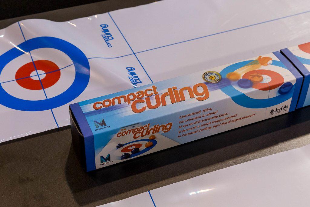 Compact curling Verpackung und Curling Bahn im Hintergrund