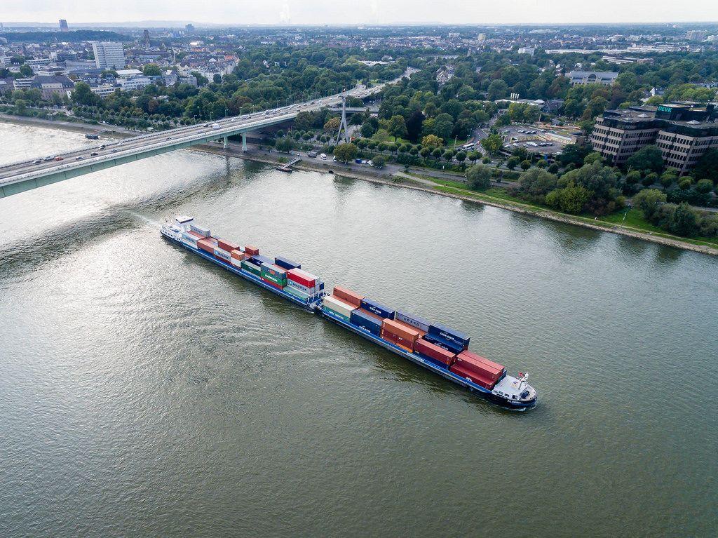 Containerschiff auf dem Rhein in Köln