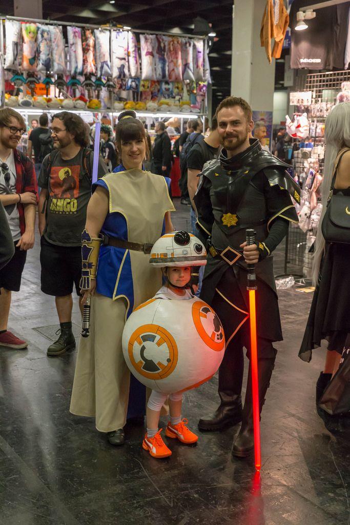 Cosplayer gekleidet als Jedi-Meister und Sith-Lord