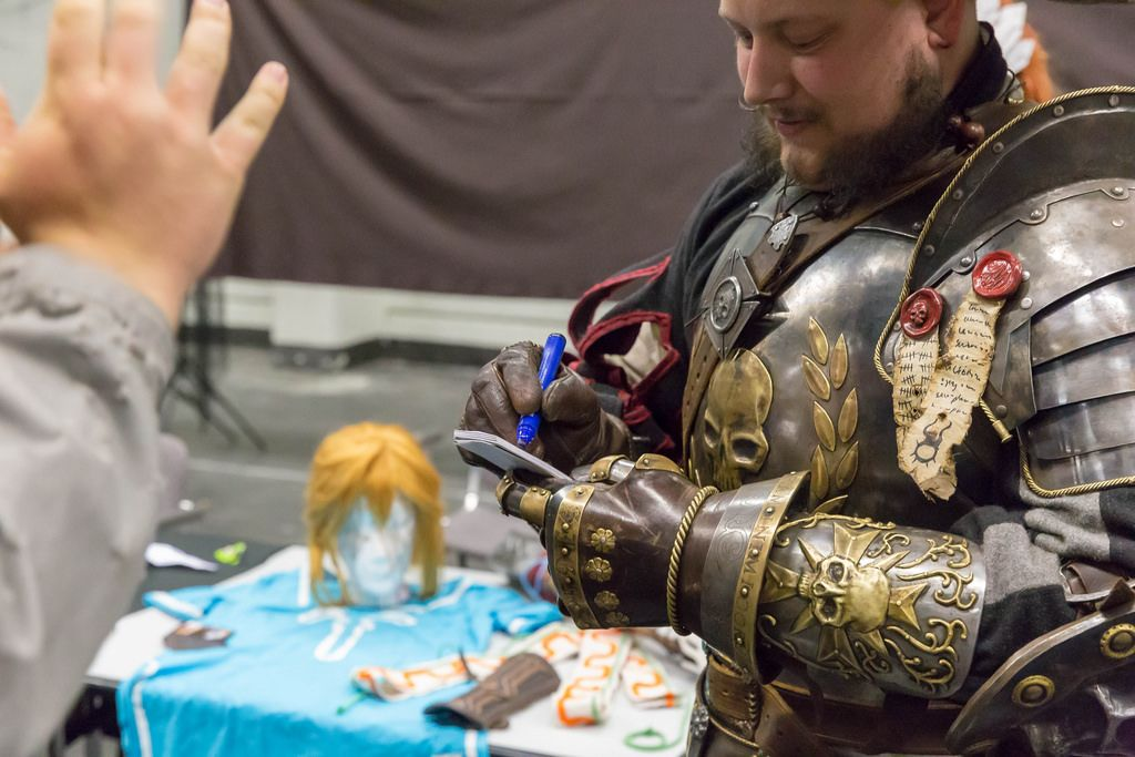 Cosplayer gibt ein Autogramm