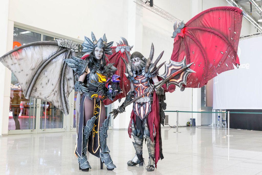 Cosplayer mit Drachen-Kostümen