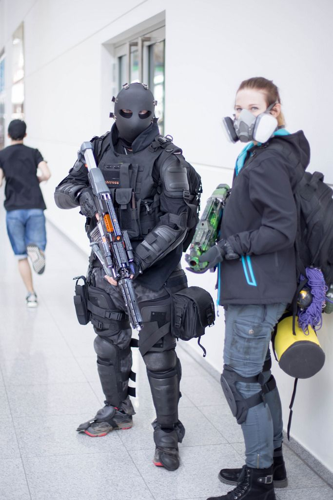 Cosplayer posieren in dem Flur bei der Gamescom 2017
