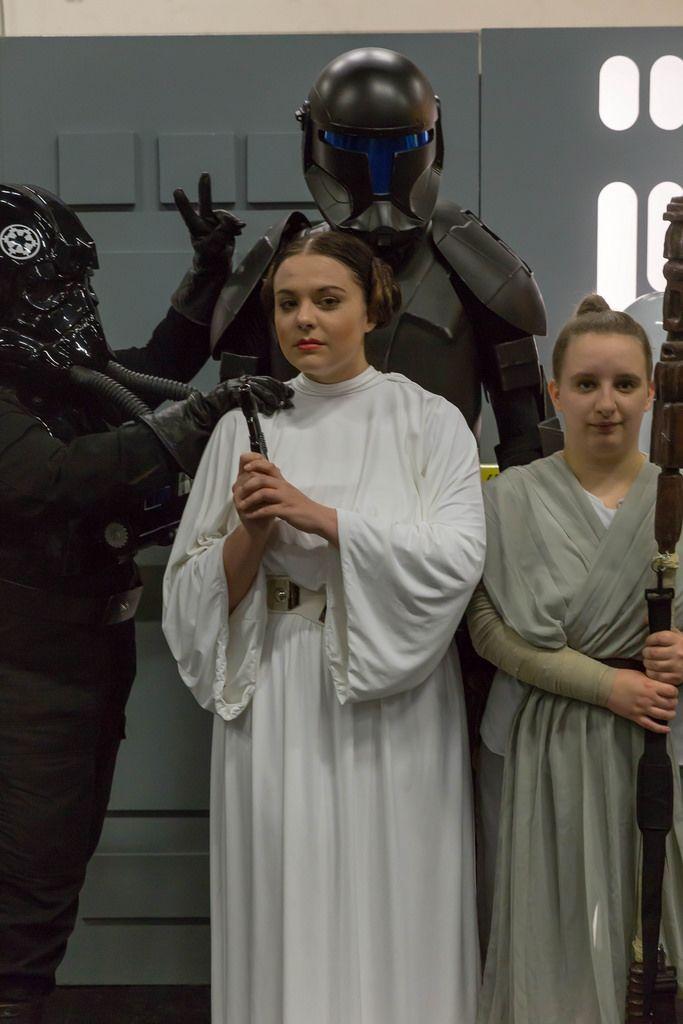 Cosplayer verkleidet als Prinzessin Leia und andere Star Wars Charaktere