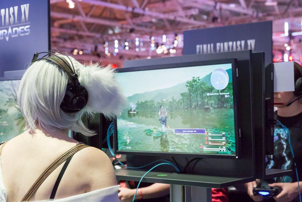 Cosplayerin spielt Final Fantasy XV - Gamescom 2017, Köln