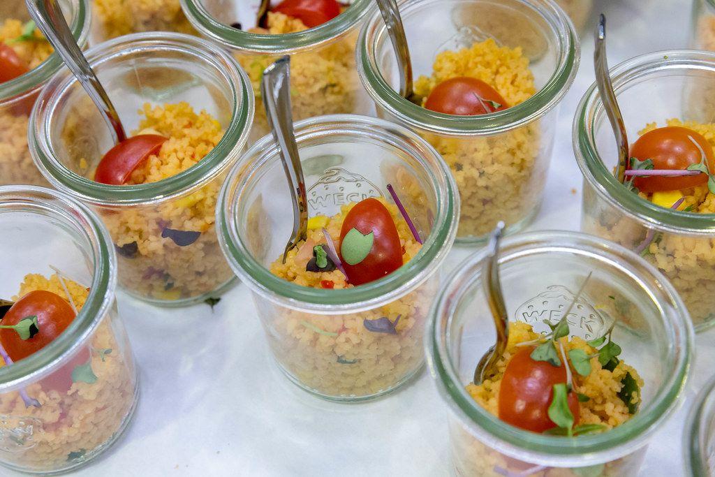 Couscous Salat mit Tomaten, Mais und roten Zwiebeln in kleinen Gläschen auf BarCamp in Bonn
