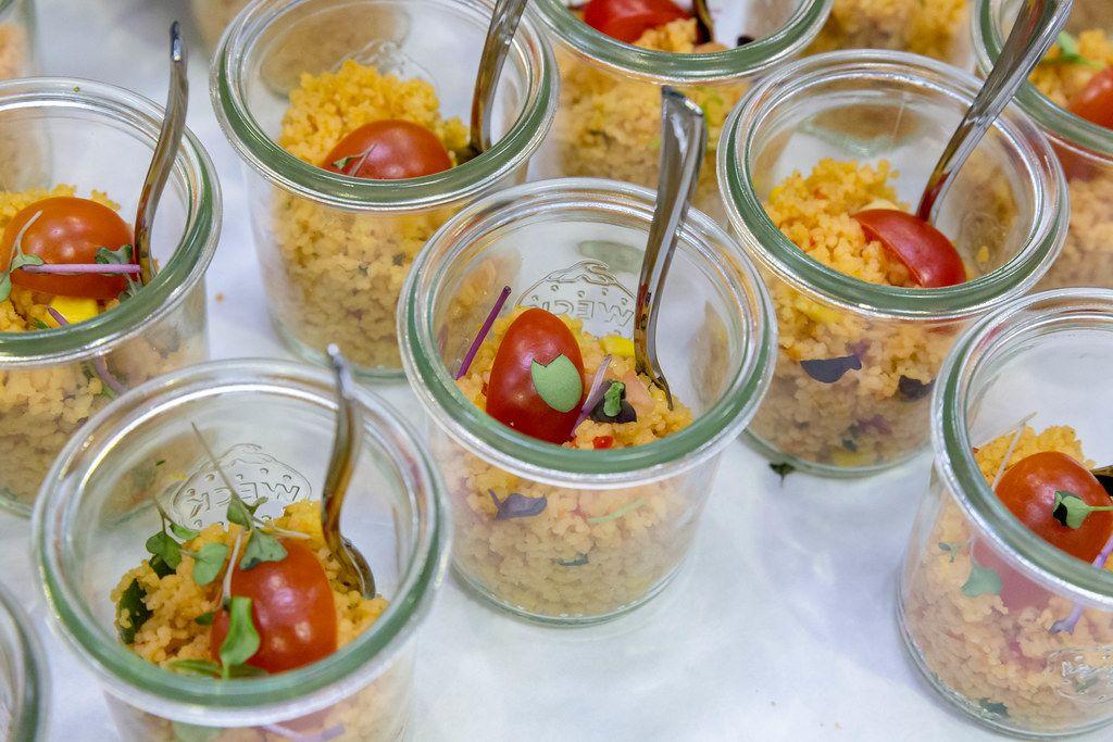 Couscous Salat mit Tomaten und roten Zwiebeln in kleinen Gläschen auf dem 5. BarCamp in Bonn