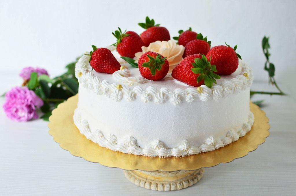 Cream cake with strawberries (dt. Sahnekuchen)
