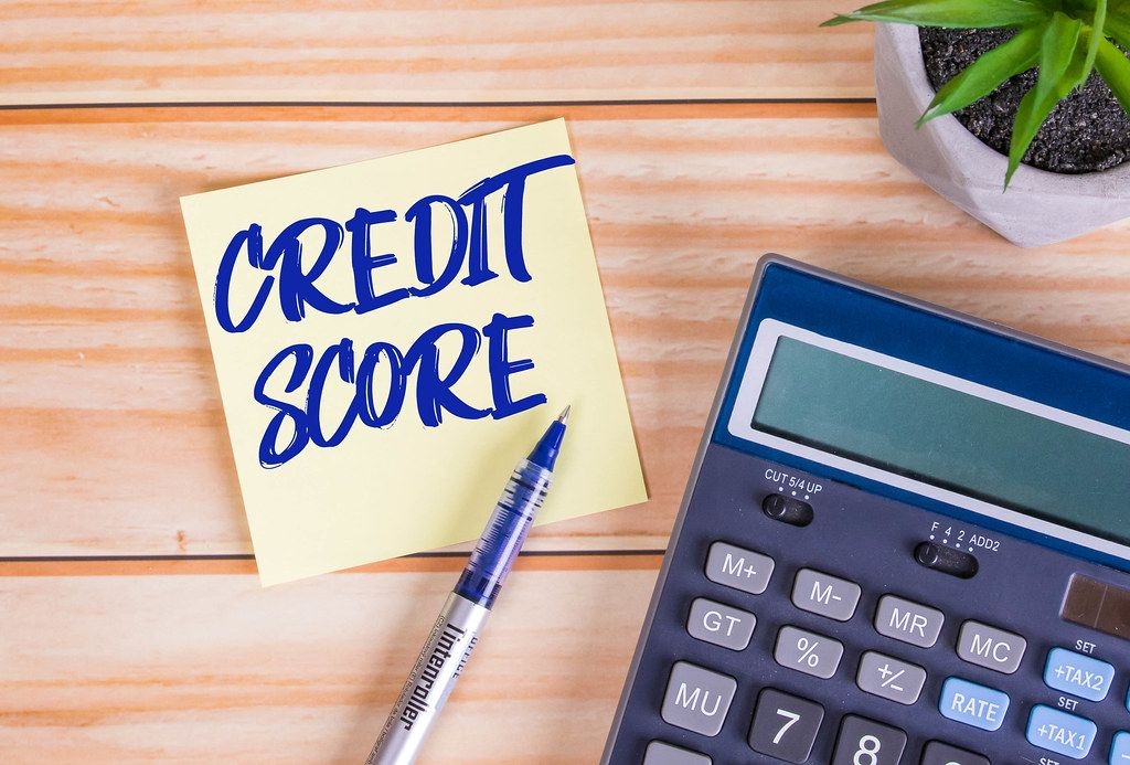 Credit score text on a yellow sticky note