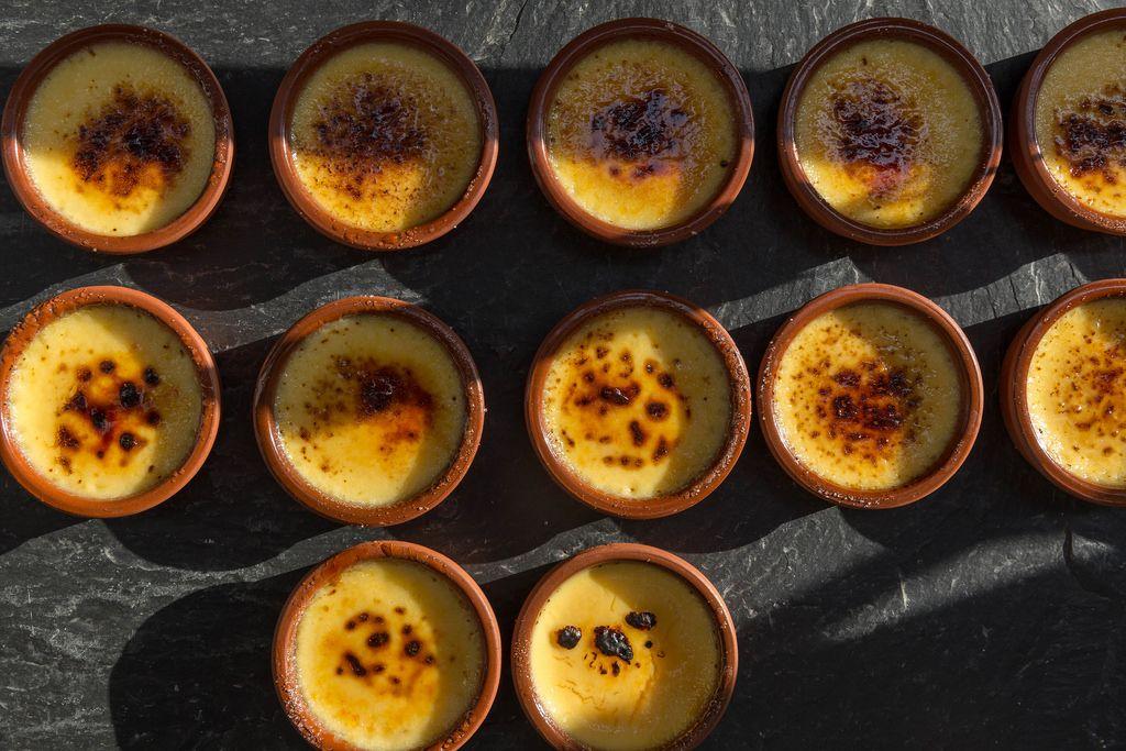 Creme Brulee in kleinen runden Tonschälchen in der Aufsicht