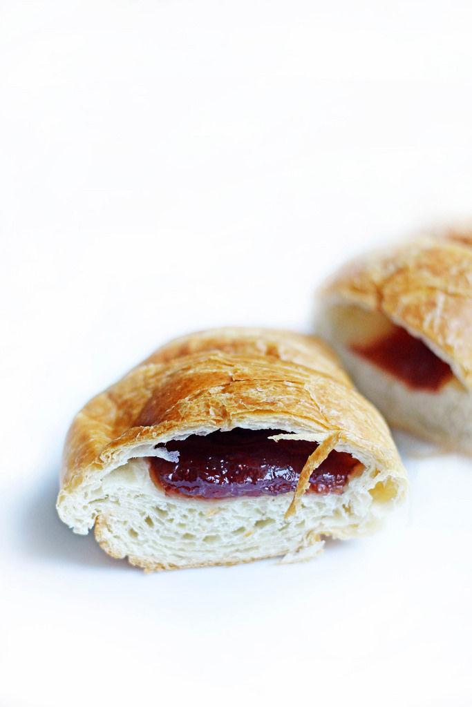 Croissant mit Marmelade
