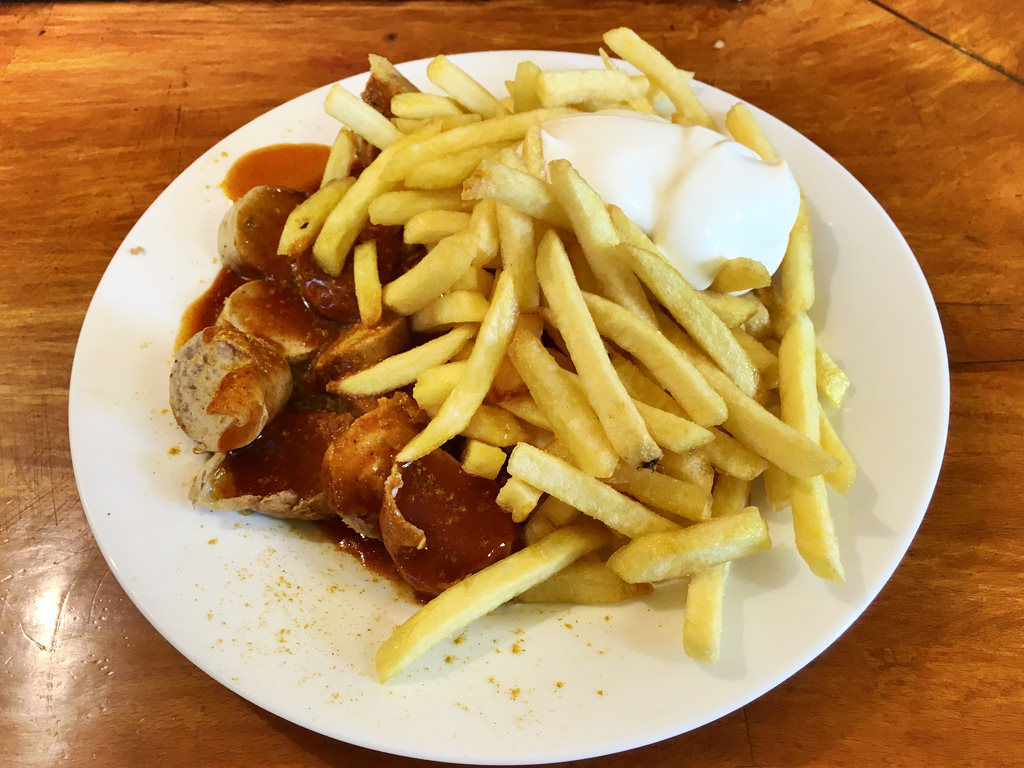 Currywurst-Pommes-Majo