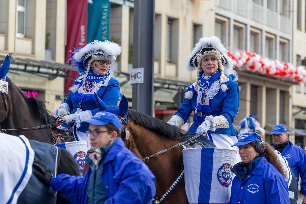 Damen in Uniform der Blauen Funken hoch zu Ross - Kölner Karneval 2018
