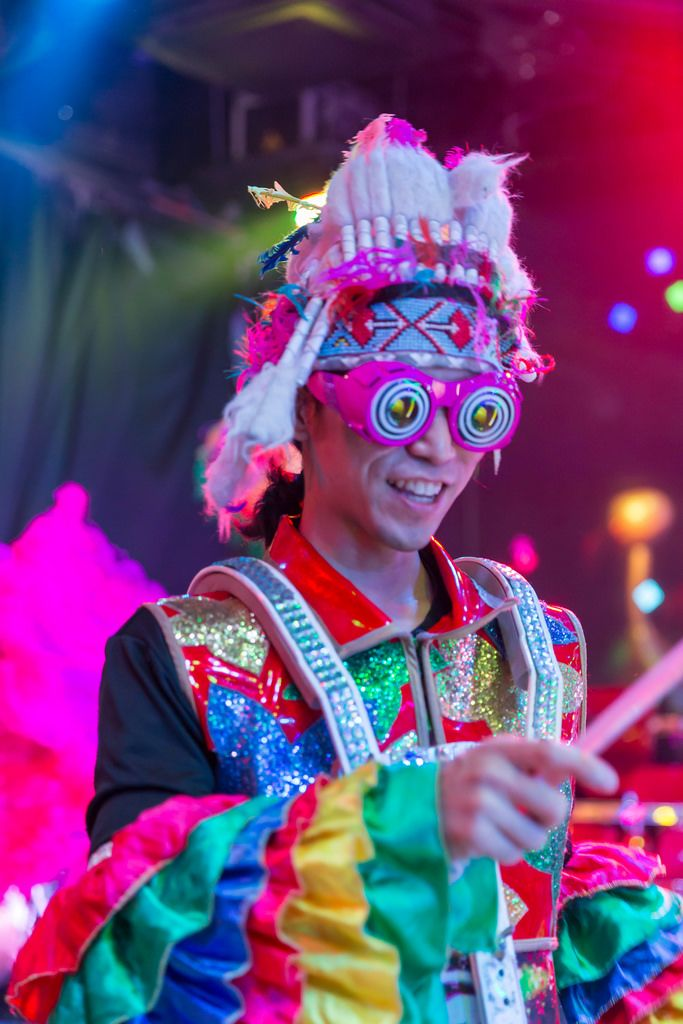 Darsteller mit Brille in bunten Farben