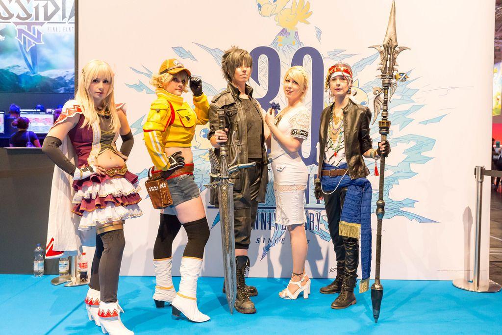 Darstellerinnen posieren vor dem Plakat FINAL FANTASY 30th Anniversary - Gamescom 2017, Köln