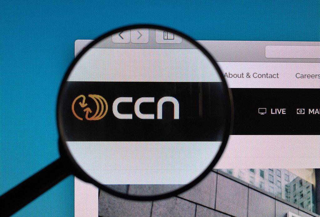 Das CCN Logo mit Schriftzug, vergrößert unter einer Lupe