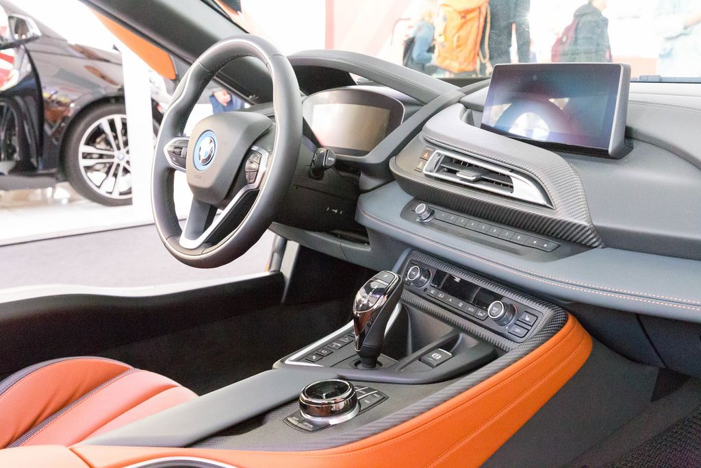 Das Cockpit des BMW i8 Roadsters - Creative Commons Bilder
