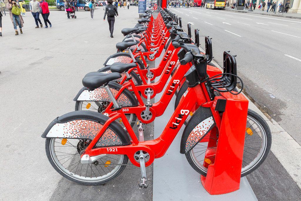 Das Fahrrad-Verleihsystem von Bicing bietet automatisierte Mietung von roten Fahrrädern in der ganzen Stadt Barcelona, Spanien
