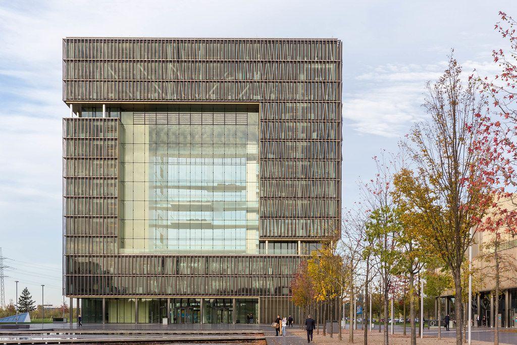 Das Hauptgebäude von Thyssen Krupp in Essen mit einer Glasfassade