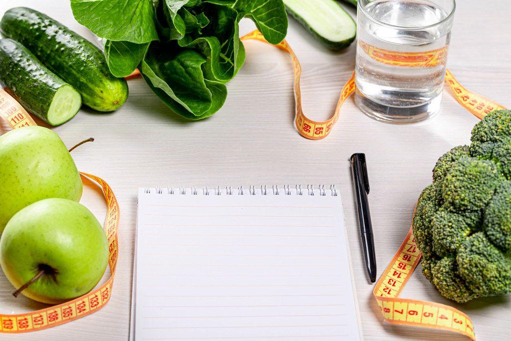 Das Konzept der Menüerstellung mit Zutaten für eine ausgewogene, gesunde Ernährung