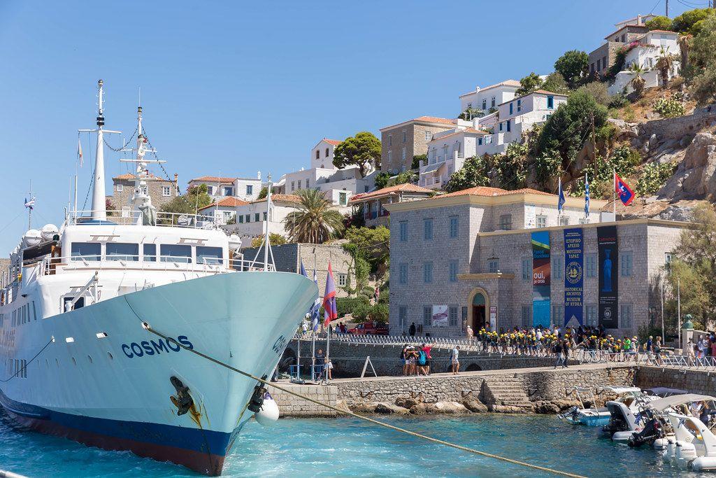 Das Passagierschiff Cosmos hält in Limani Ydras der mediterranen Insel Miaouli, Griechenland