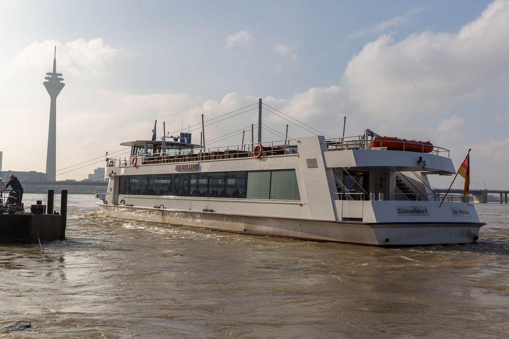 Das Schiff Jan Wellem auf dem Rhein in Düsseldorf