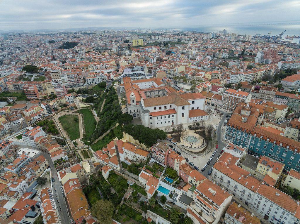 Das Stadtteil Alfama aus der Vogelperspektive in Lissabon, Portugal