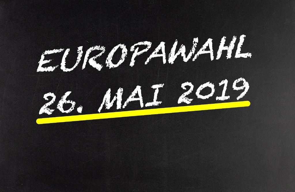 Datum der Europawahl auf Tafel geschrieben