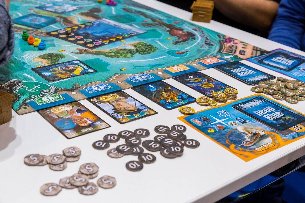 Deep Blue Brettspiel mit Karten ausgebreitet auf einem weißen Tisch