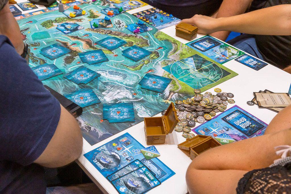 Deep Blue Days of wander Brettspiel auf dem Tisch