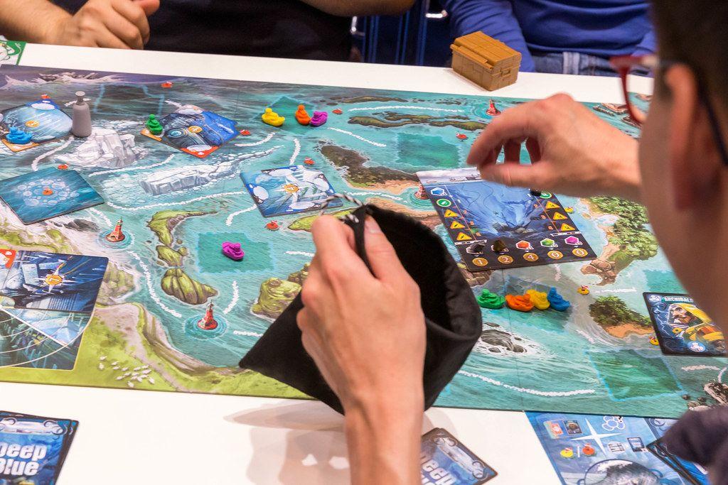 Deep Blue, ein Familienspiel in dem in der Tiefe nach Schätzen gesucht wird