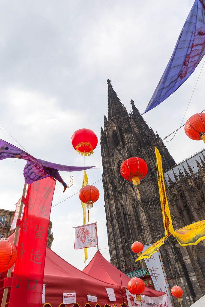 Dekoration beim Chinafest und der Kölner Dom im Hintergrund