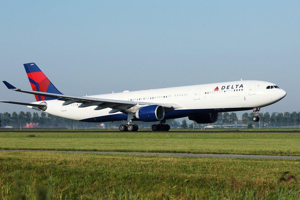 Delta Airlines Flugzeug auf der Startlinie am Flughafen Amsterdam Schiphol