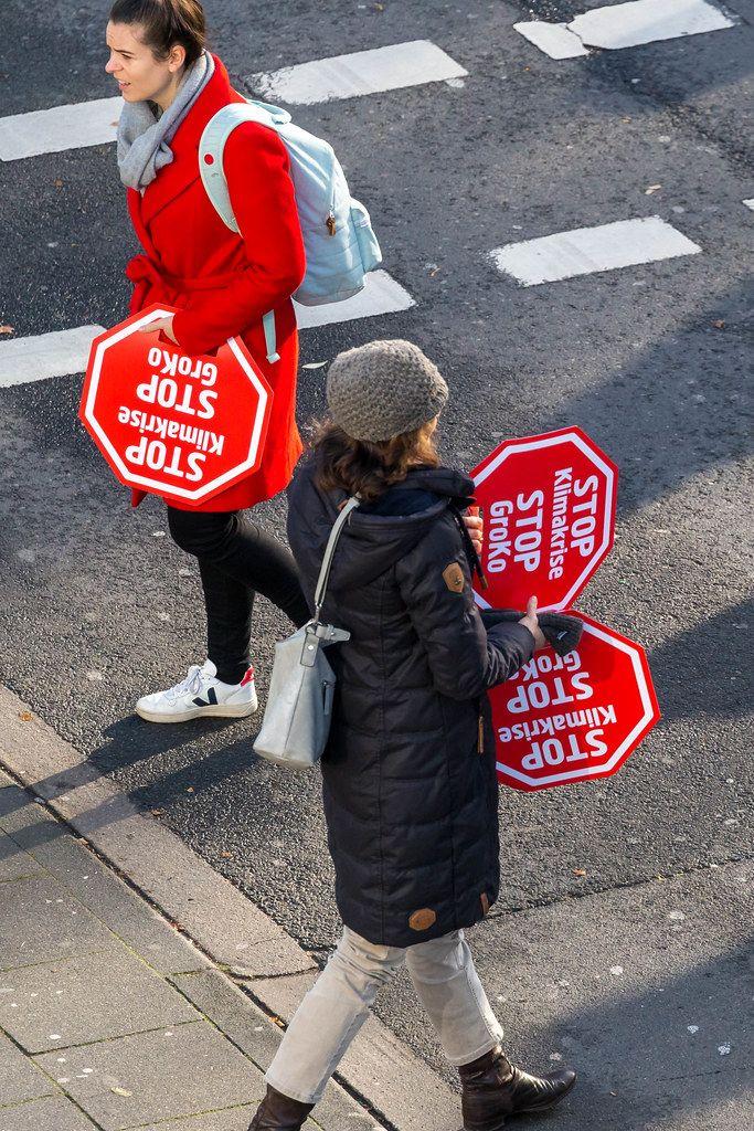 Demonstranten Zeigen Ihr Stoppschild gegen die Klimakrise und die große Koalition