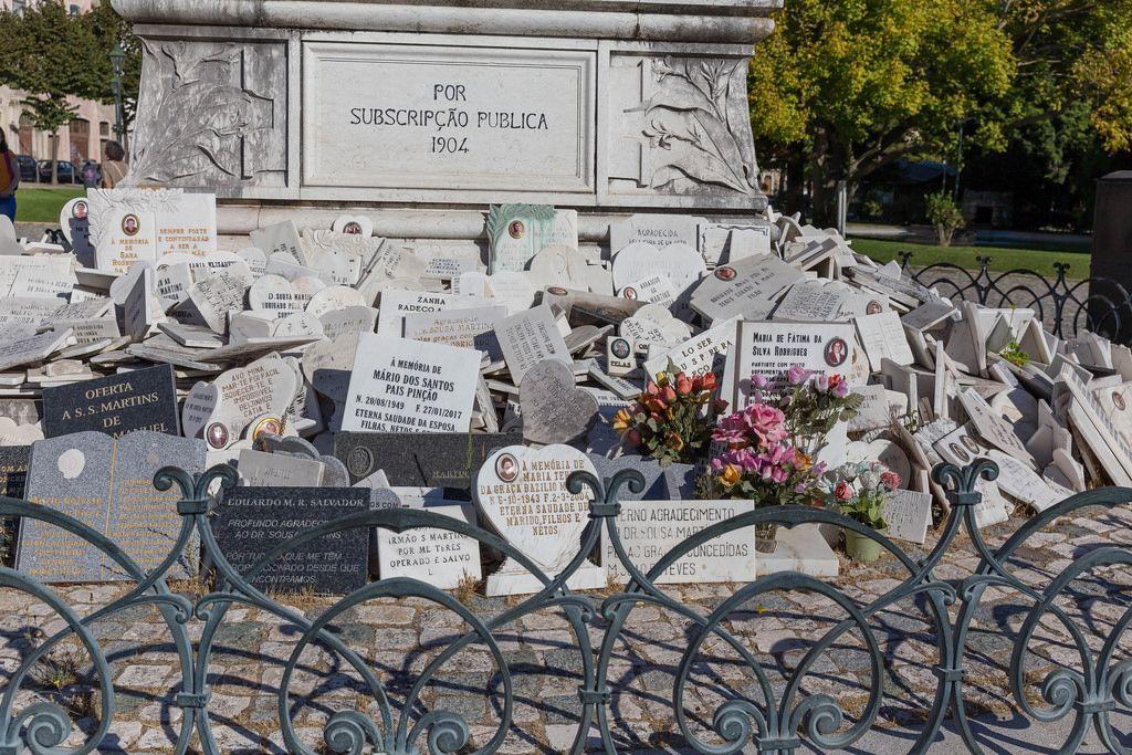 Denkmäler vor der Statue des Jose Thomas de Sousa Martins