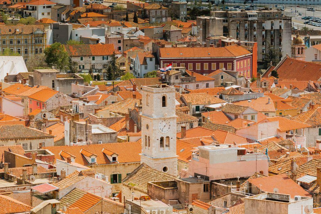 Der alte Uhrturm von Šibenik, Kroatien