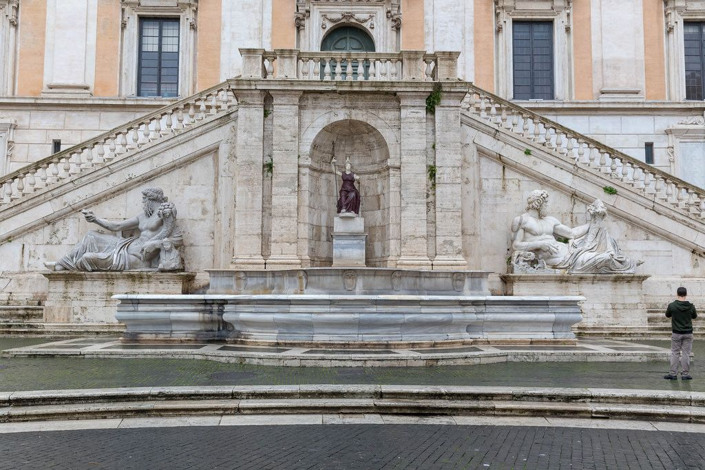 Der imposante Brunnen mit Statuen am Eingang der Kapitolinischen Museen