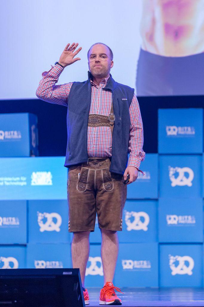 Der Pitch Doktor - Cristoph Sollich hebt die Hand bei seiner Rede auf dem Bits & Pretzels Festival in München