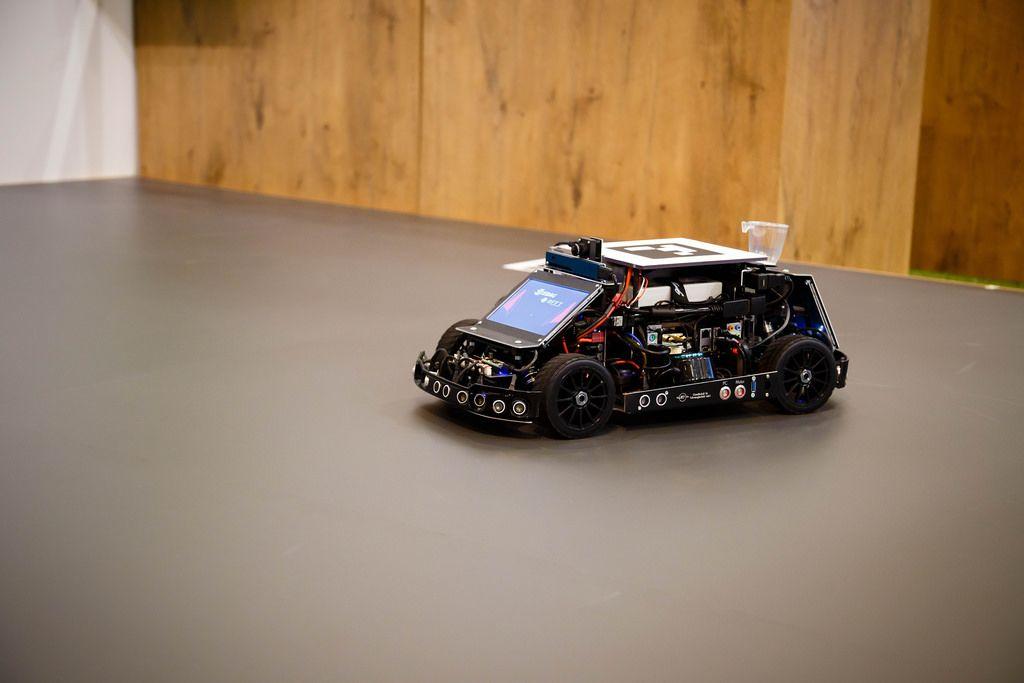 Der Scrum-Roboter von Edag-Team führt ein Test-Rundkurs durch