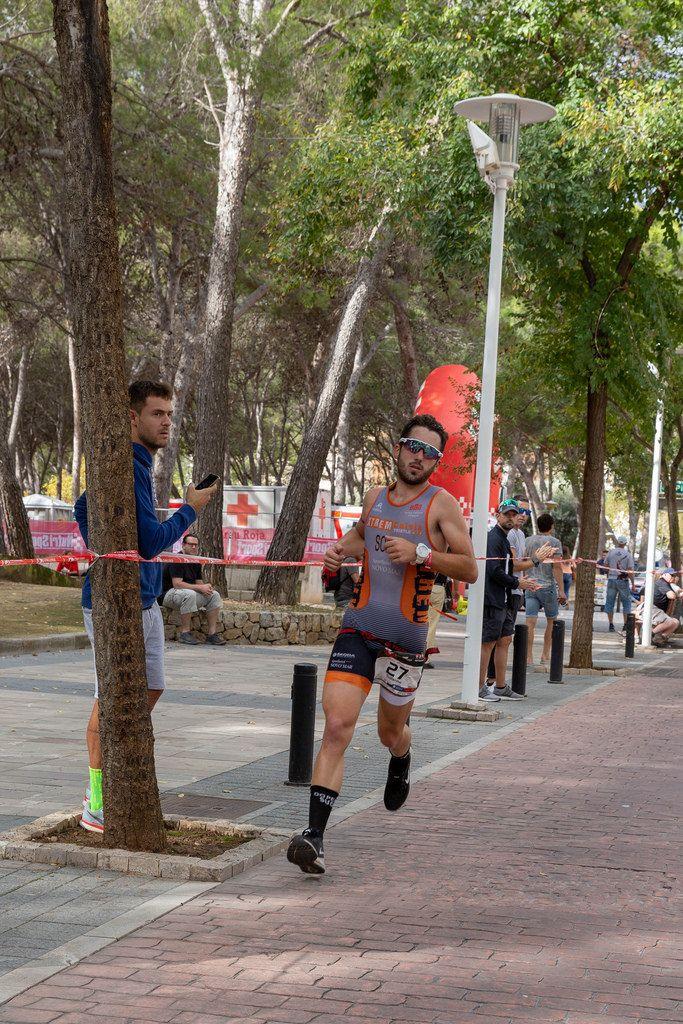 Der Triathlet Guillermo läuft beim Challenge Triathlon in Peguera