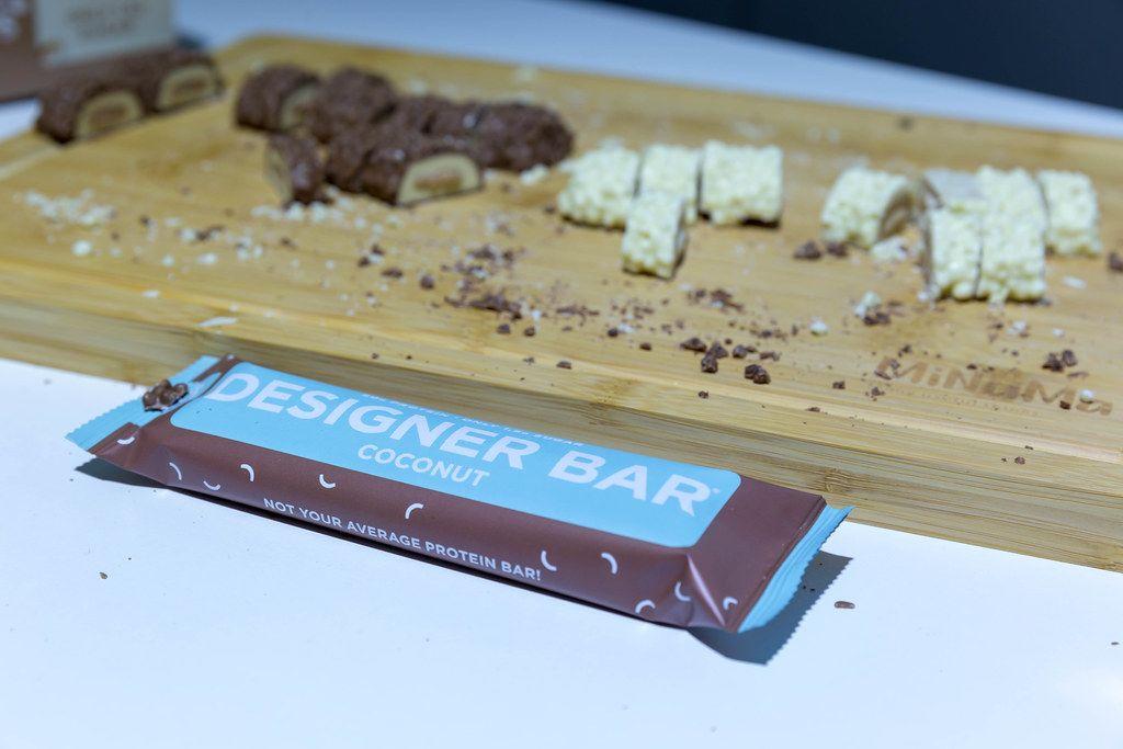 Designer Bar Proteinriegel mit Kokosnuss-Geschmack auf einem Holzbrett auf der Fibo in Köln