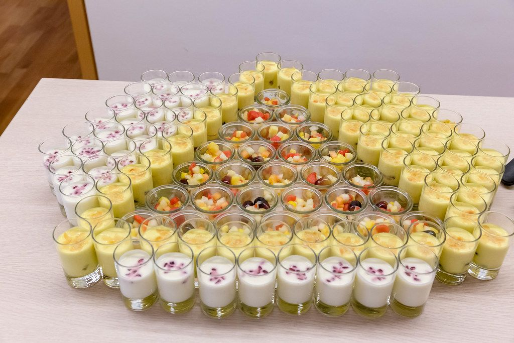 Dessert-Gläser mit Nachtisch, Safran-Joghurt mit Kardamom, Mandelblättchen, Trauben, Blaubeeren und Honig beim AXA Barcamp OMWest19 in Köln