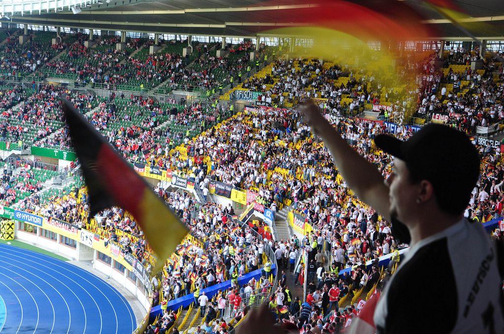 Deutsche Fußball-Fans beim Spiel Österreich-Deutschland im Ernst Happel Stadion in Wien