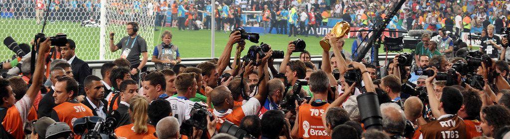Deutsche Fußballnationalmannschaft beim Feiern umzingelt von Fotografen - Fußball-WM 2014, Brasilien